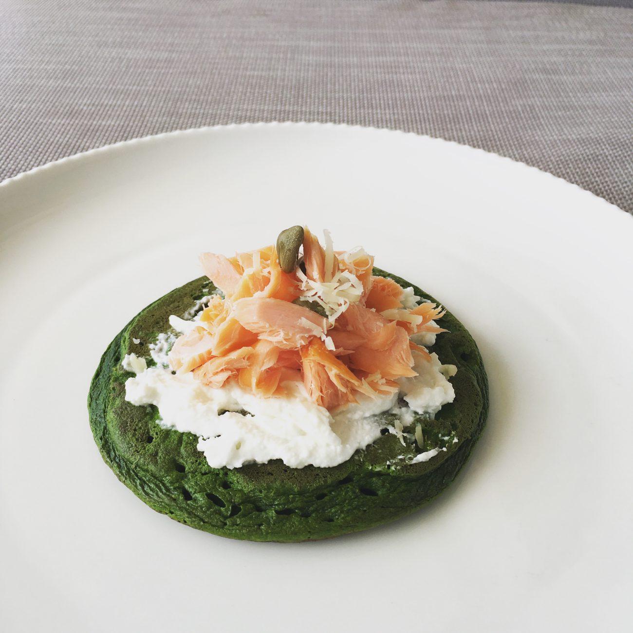 Panqueques verdes con salmón ahumado