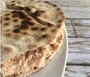 Sándwich de salmón en pan árabe