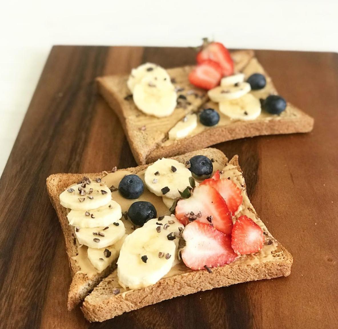 Tostadas con mantequilla de maní y frutas